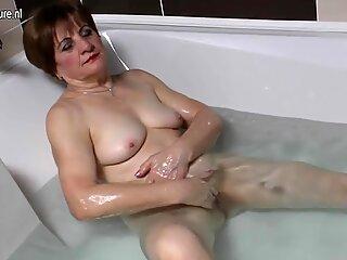 Amateur grandma masturbating in the bath